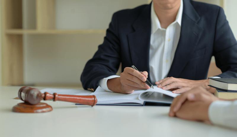 Адвокат консультирует по юридической регистрации в СПб